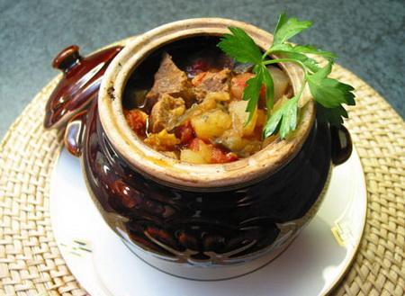 говядина в горшочках с овощами и картошкой