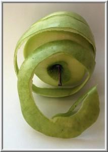 очищенное от кожуры яблоко