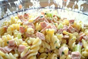 салат макаронный с ветчиной
