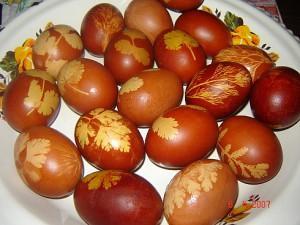 яйца с отпечатками листьев games.rodim.ru