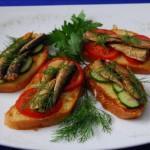 бутерброды со шпротами на тарелке