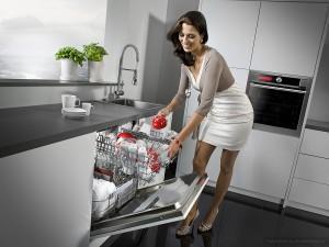посудомоечная машина и счастливая женщина