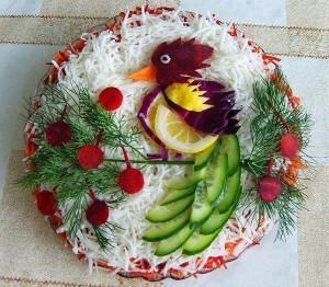 украсить стол на новый год - салат с птицей