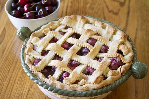 готовый вишнево-черешневый пирог