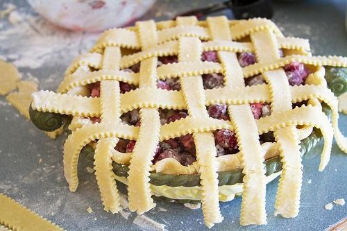 украшаем полосками верх пирога