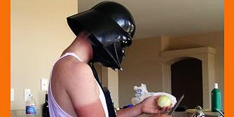 мужчина чистит лук в шлеме