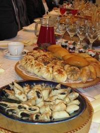 блюда пермской кухни на красиво накрытом столе