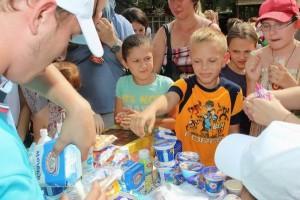 дети пробуют молоко и молочные продукты
