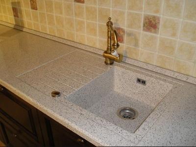 кухонная мойка из искусственного камня интегрированная в столешницу