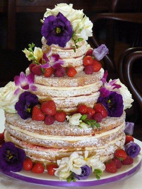 голый торт с цветочно-ягодной композицией для летней свадьбы