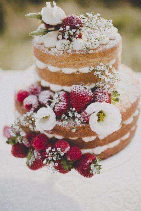 голый свадебный торт с цветами и ягодами