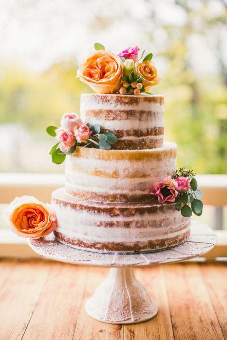 голый торт с живыми цветами