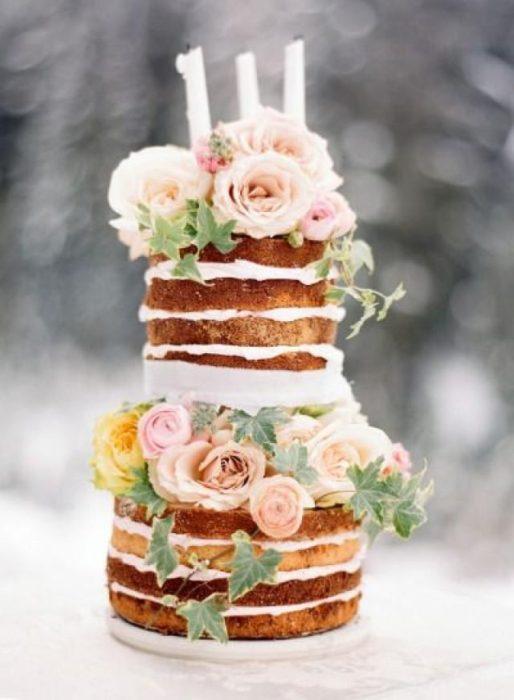 открытый свадебный торт с розами