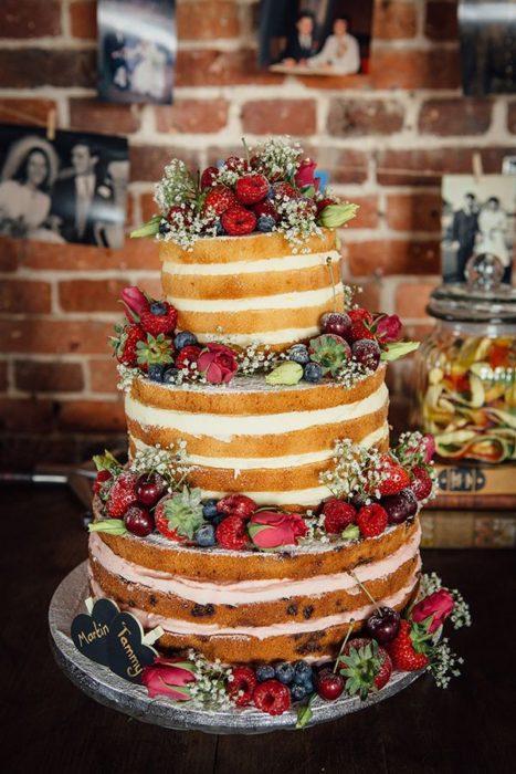 открытые свадебные торты с фруктами и ягодами