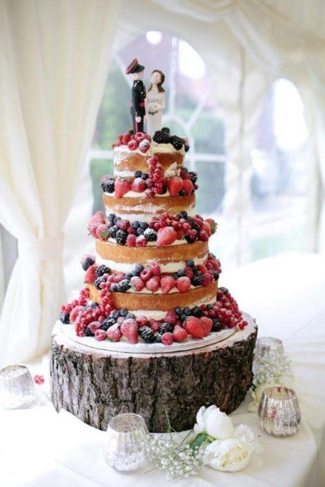 открытые свадебные торты с лесными ягодами
