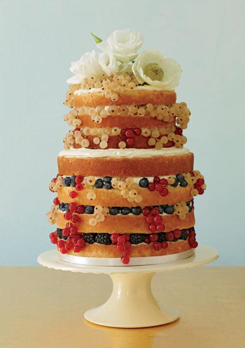 открытый свадебный торт с фруктами и ягодами на подставке