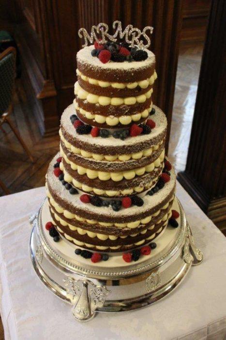 многоярусный открытый свадебный торт с ягодами