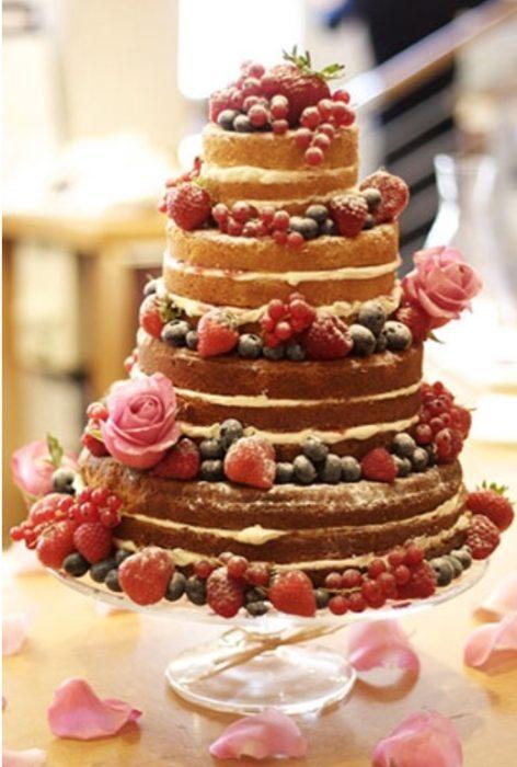 круглый открытый свадебный торт с ягодами