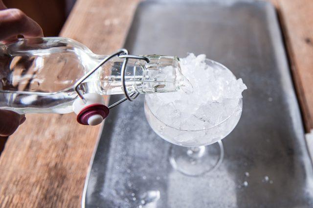 Холодная вода со льдом в бокале