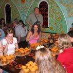 народная дегустация на первом фестивале медовухи в Суздале