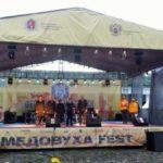 главная сцена фестиваля медовухи в Суздале