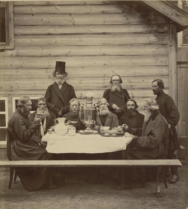 мужчины за чаем у самовара 1910-е годы