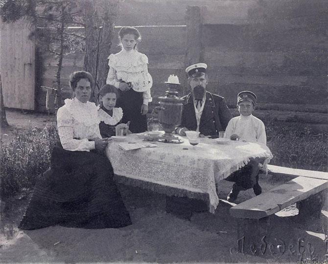 семья за столом у самовара 1910-е годы