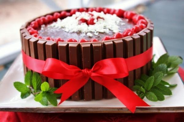 как украсить торт на новый год 2017 - с шоколадками по бокам