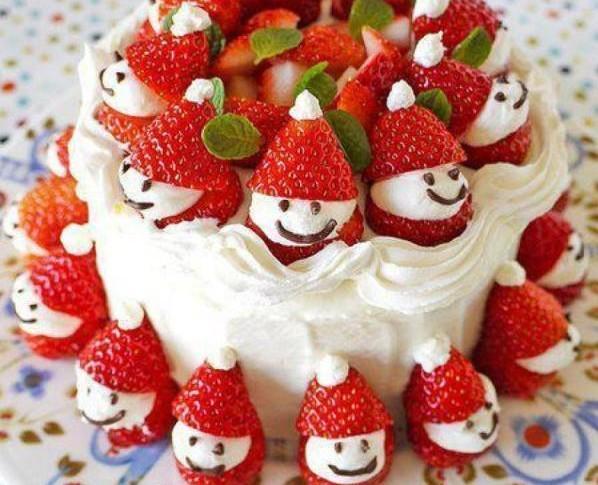 как украсить торты на год петуха - снеговики из клубники