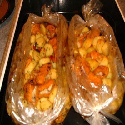 картошка по деревенски в духовке с курицей в рукаве