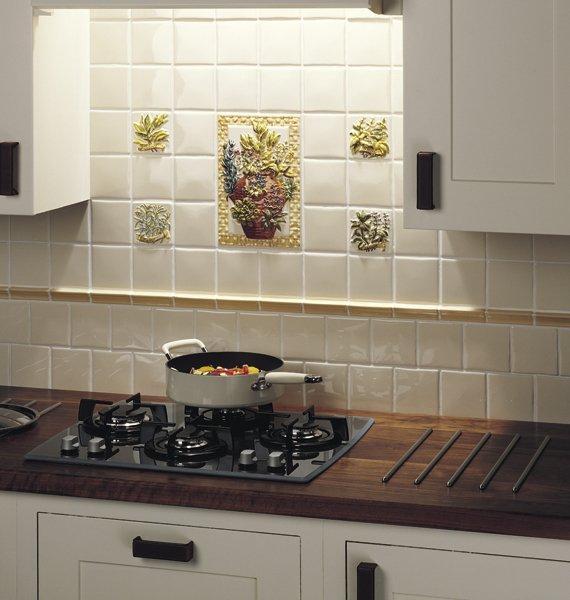 объемное панно и мозаика из кафельной плитки на кухне
