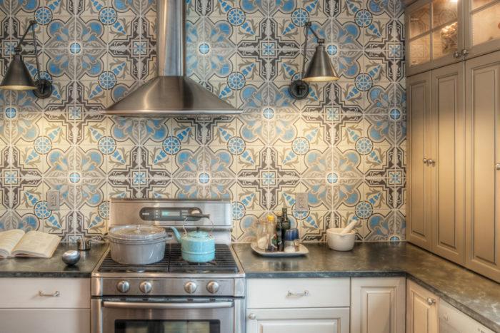 плитка для кухни с ярким орнаментом