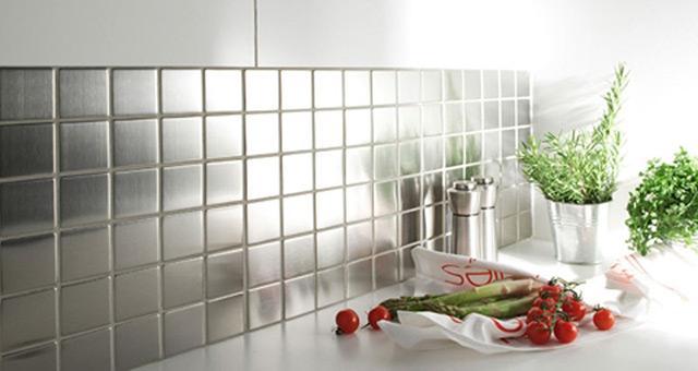 """стеклянная плитка """"под металл"""" в интерьере кухни"""