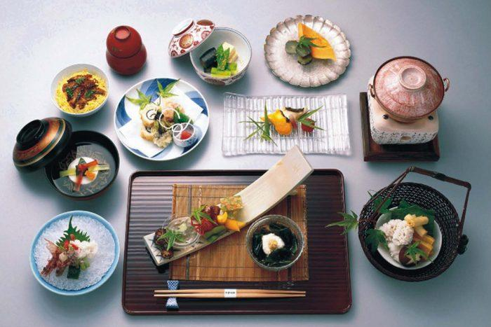 японские блюда на столе