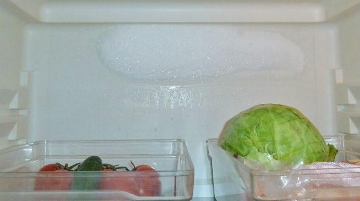 лед на задней стенке холодильника