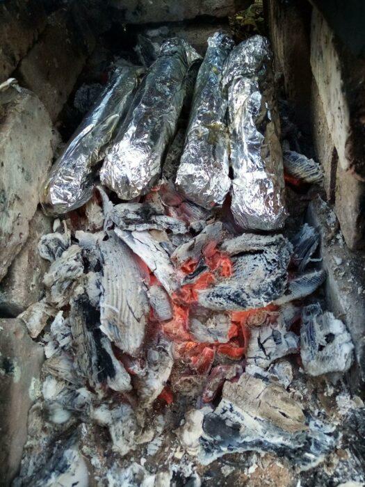кукуруза в початках в фольге на костре